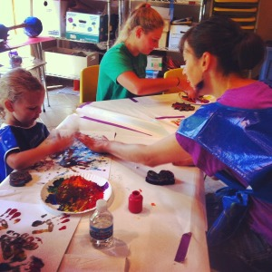 Hinda Kasher making art with a young child